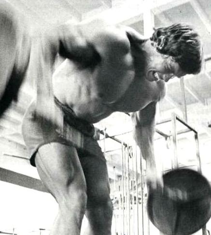 Шварценнегер делает упражнение на спину